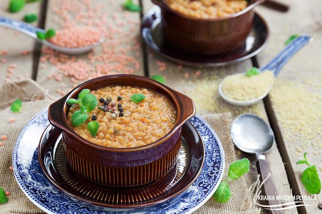 Turecka zupa- z czerwonej soczewicy i bulguru, zupa soczewicowa, zupa z kaszy bulgur, tureckie potrawy, dania z soczewicą, dania z kaszą, kasza bulgur, kraina miodem płynąca