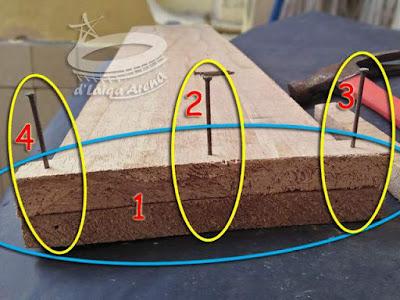 pasang papan potongan kecil pada kedua ujung papan utama