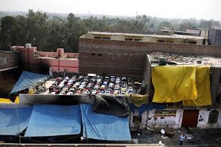 shalat jumat di atap masjid yang terbakar