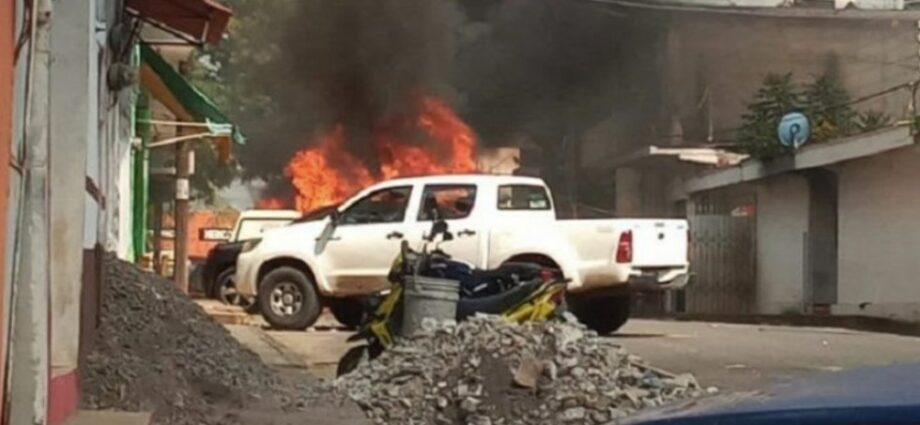 Jornada violenta en Veracruz: Cuatro muertos, patrullas quemadas, fiscalía baleada y narcobloqueos