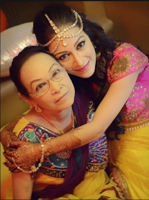 sunayana-with-mother-on-mehendi