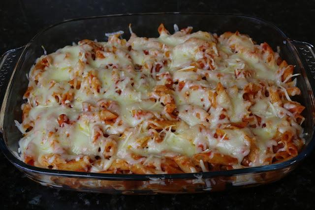Macarrones con tomate, chorizo y queso