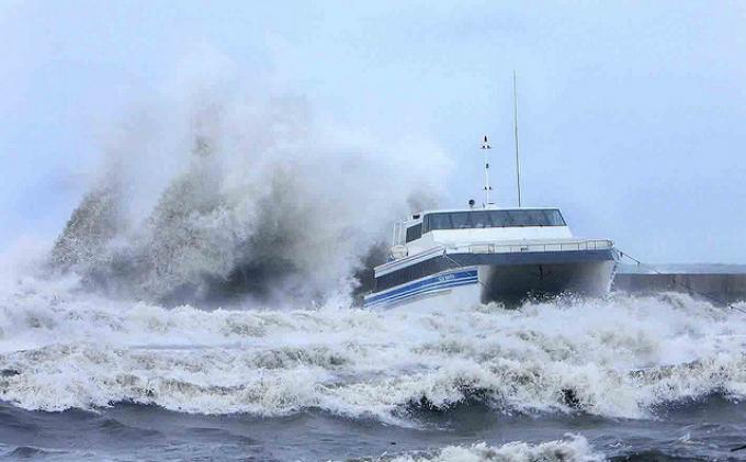 Mengerikan! Kapal dengan 251 Penumpang Terbalik Di Tengah Laut