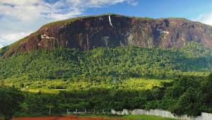 Indonesia Miliki Batu Terbesar di Dunia Setinggi 1200 Meter