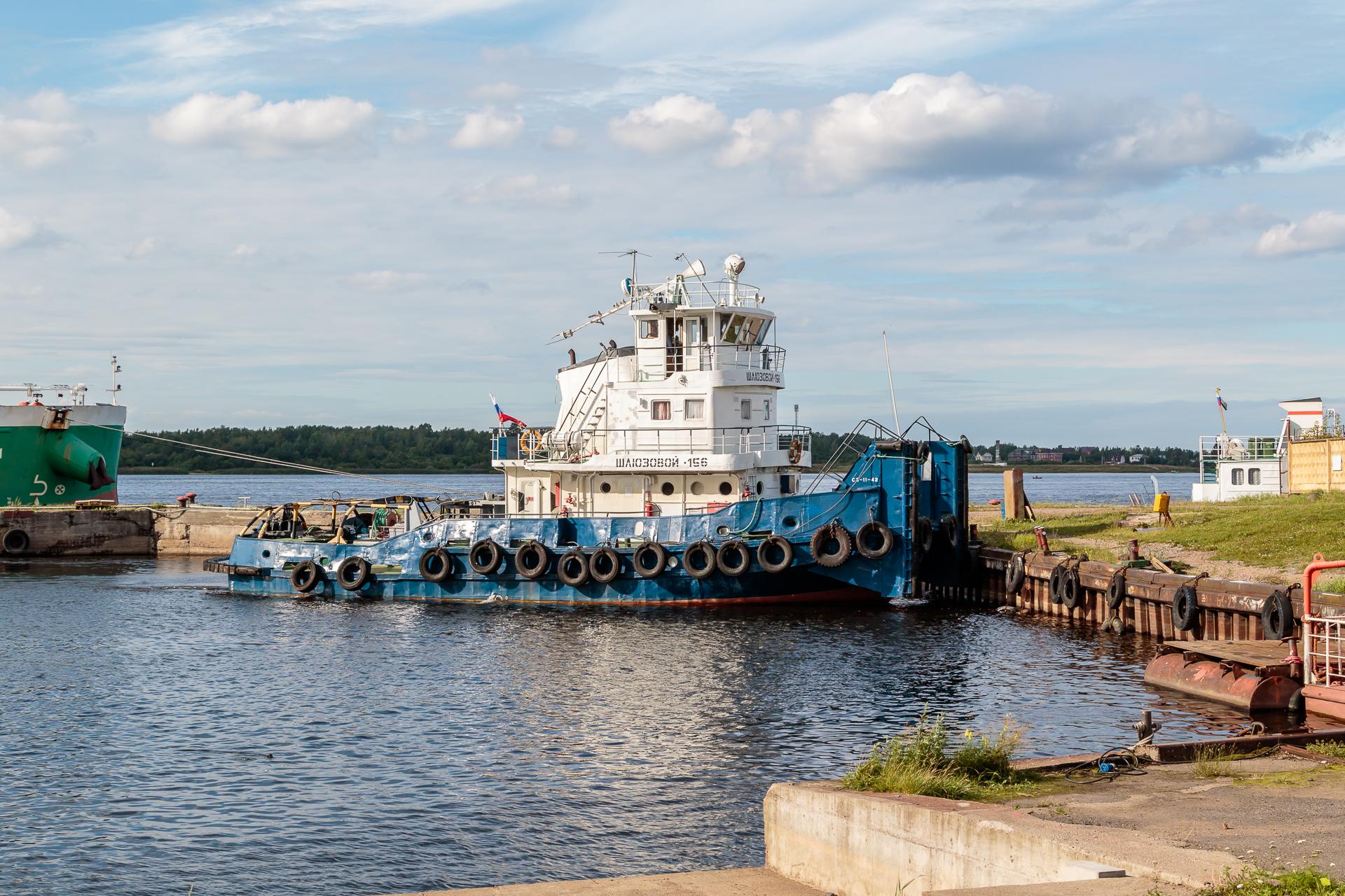 """Буксир Шлюзовой-156 ожидает спуска на воду судна """"Павел Леонов"""", чтобы участвовать в его постановке к достроечной пристани завода"""