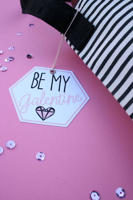 How adorable is this DIY Galentine's Day Wine Bag (+ FREE printable tag)!?