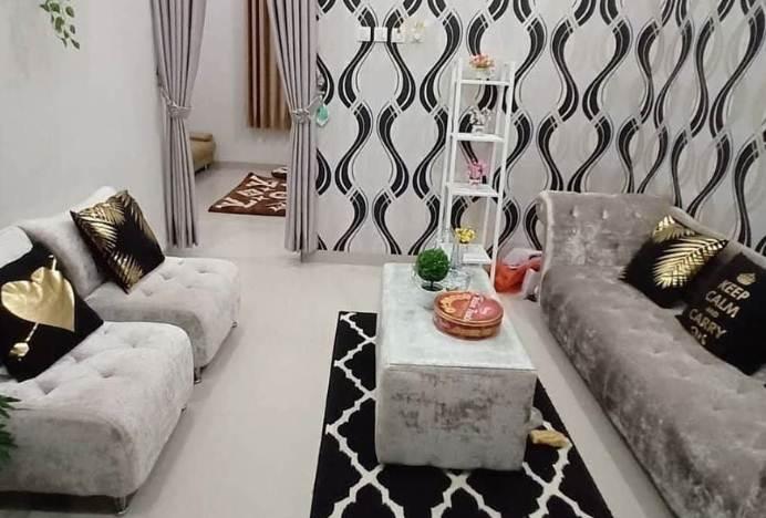 Ruang tamu rumah minimalis type 45 dengan rak sudut