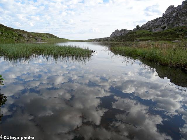 Vamos rodeando el Lago Ercina (Lagos de Covadonga)