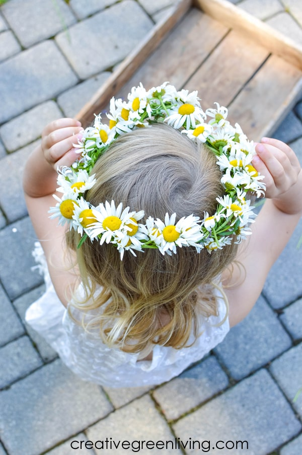 How to make a braided daisy chain flower crown with just flowers! The simple step by step tutorial teaches you easy ways to make flower crowns with daisies, dandelions and other weeds and wildflowers. It's perfect for making flower crown headbands or flower bracelets or necklaces. #daisychain #flowercrown #flowercrowntutorial #naturecrafts