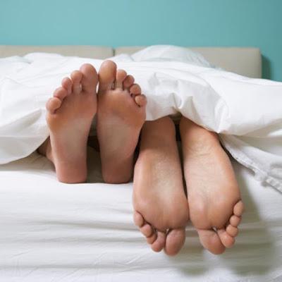 سبب علمي مهم وراء عدم تغطية الأرجل أثناء النوم . . تعرف عليه