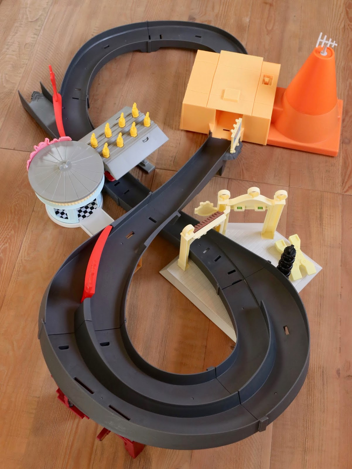 "Cars ""Race Around Radiator Springs"" Motorized Track Set review"