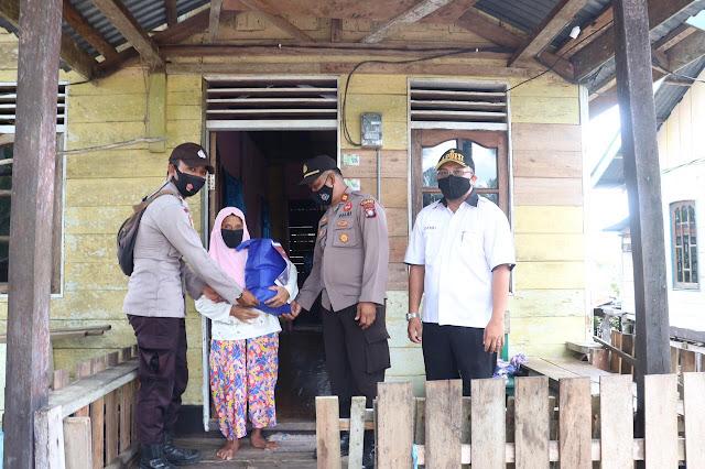 Kapolres Lingga Menbagikan Paket Sembako Kepada Warga Kurang Mampu di Desa Kuala Raya