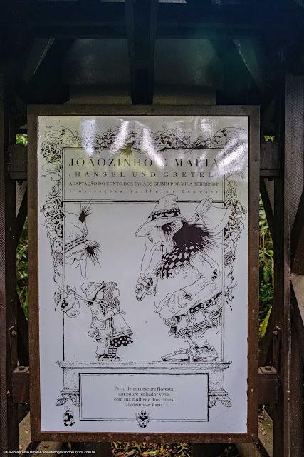 Quiosque com painel de azulejos conta da história de João e Maria no Bosque Alemão.