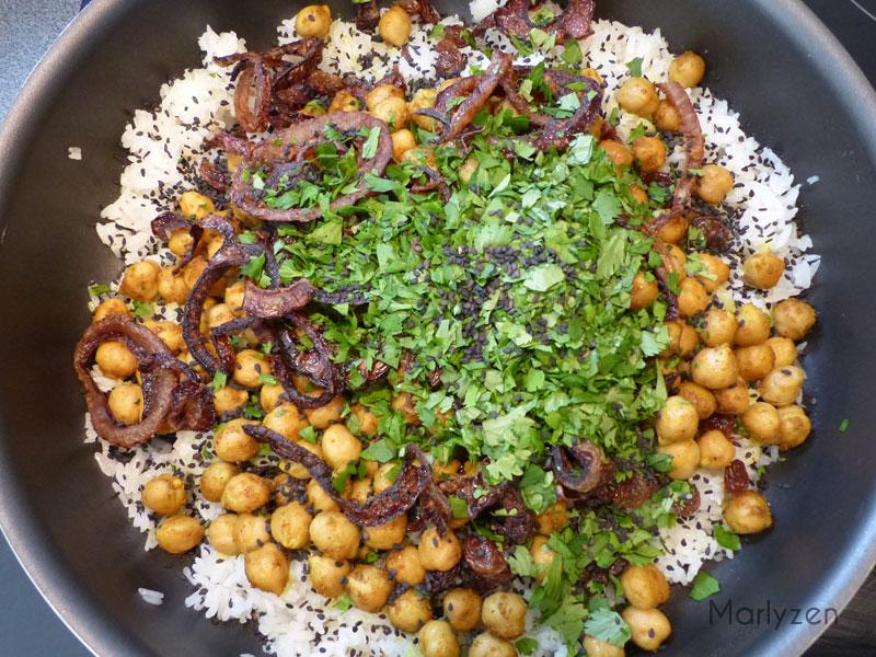 Ajoutez les pois chiches, les oignons, les herbes ciselées et les graines de sésame.