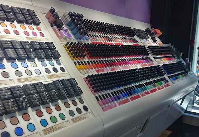 Maquiagens expostas em loja