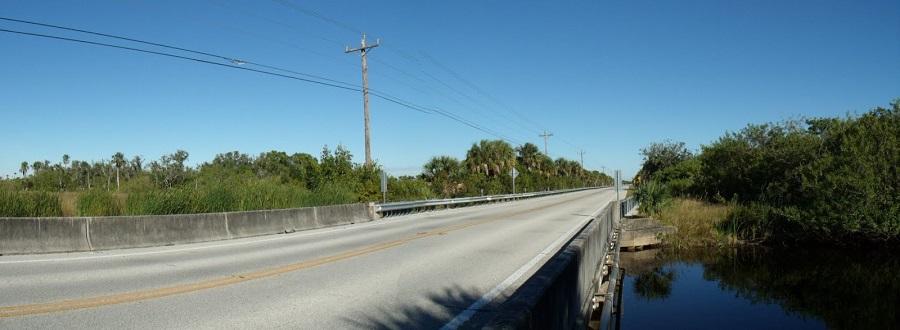 Uno de tantos puentes en el Tamiami Trail sobre manantiales, ríos, canales o áreas pantanosas