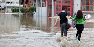 """Θεούληδες Θεσσαλονικείς βγήκαν """"τσιτσίδι"""" στους πλημμυρισμένους δρόμους για να… πλυθούν"""
