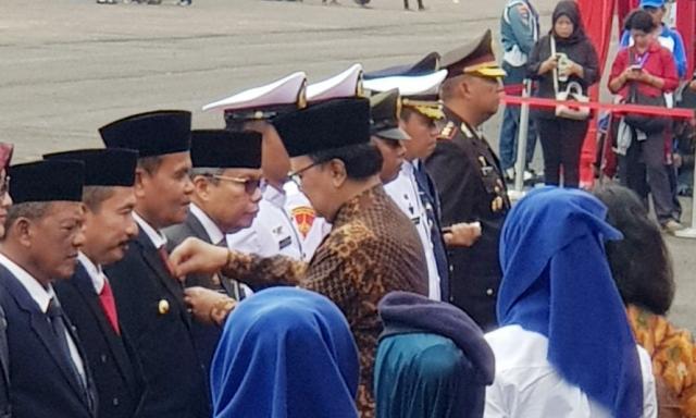 Jelang Akhir Pengabdian Walikota Mukhlis Rahman Dianugerahi Satyalancana Wira Karya