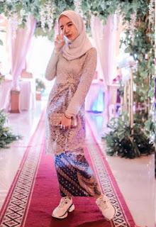 Model kebaya brokat modern hijab warna abu