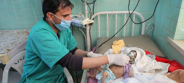 Un bebé de tres meses recibe tratamiento por desnutrición aguda severa en el Hospital Al-Sabeen, apoyado por UNICEF, en Sana'a, Yemen.UNICEF/Ahmed Haleem