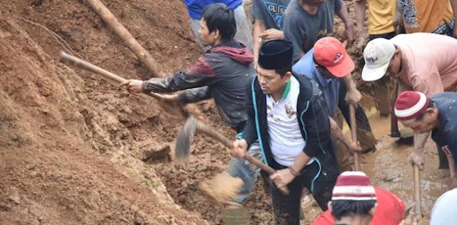 Pakai Cangkul, Dedi Mulyadi Bantu Evakuasi Longsor Pondoksalam