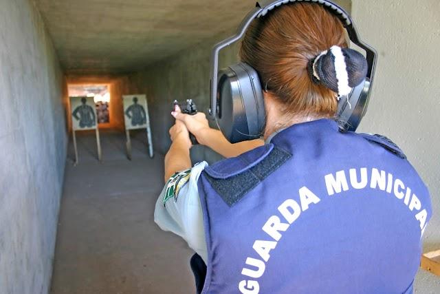 Guardas municipais de Foz do Iguaçu recebem credenciamento da Polícia Federal para instrução de armamento e tiro