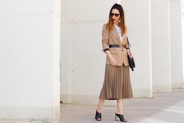 Streetstyle: Look de oficina con falda plisada y Chaqueta Blazer