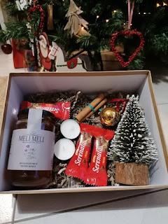Δωροκουτάκι Melimeli 2020 με Θυμαρίσιο μέλι - Τα κουτάκια μας κάτω από το Χριστουγεννιάτικο Δέντρο