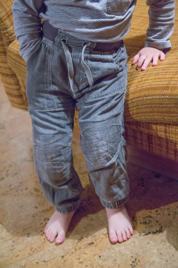 Paikat puhki kuluneissa farkkujen polvissa