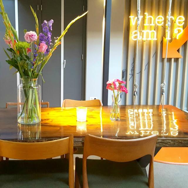 שולחן וזר פרחים בקומה הראשונה של HOTEL DE HALLEN