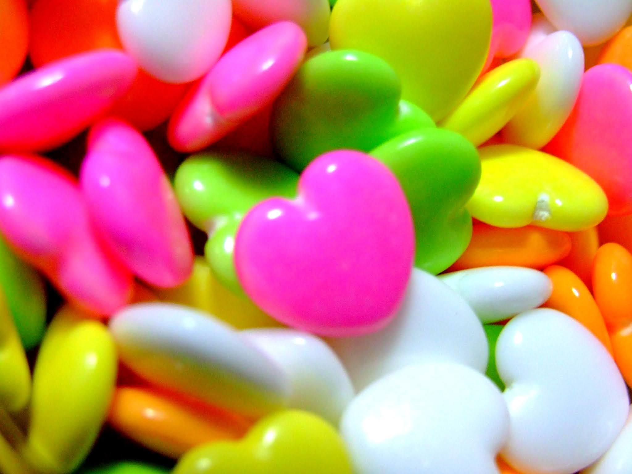 つやっつやのハートが可愛い、糖衣ラムネ菓子の写真素材です。ハートの形と蛍光色のビタミンカラーに元気が貰えそうですよね。