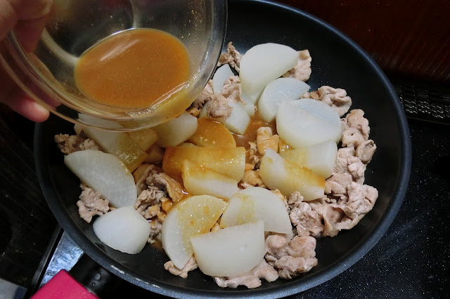 【合わせ調味料】をまわし入れ、全体に味が行き渡るように木ベラで混ぜながら煮汁が半分くらいになるまで炒め煮にします。
