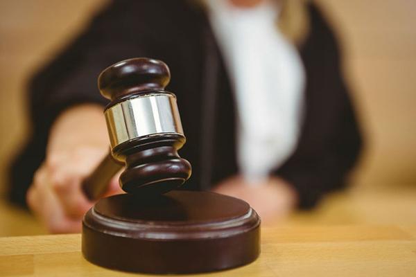 Justiça proíbe pai não vacinado de visitar a filha de 1 ano