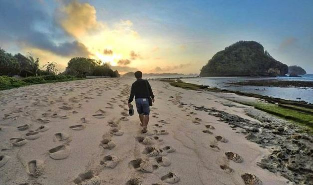 Pantai Goa Cina Malang : Harga tiket rute jalan lokasi dan penginapan