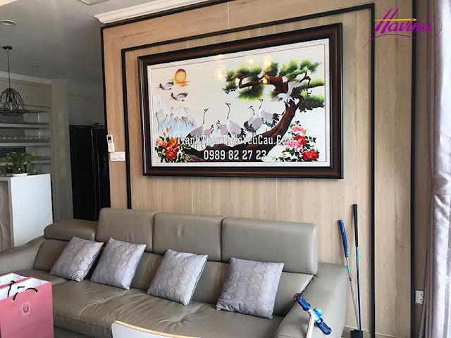 Tranh thêu tùng hạc diên niên được khách đến cửa hàng tranh thêu tay tphcm chọn mua treo phòng khách chuẩn bị đón năm mới