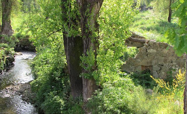 ruína de moinho de água nas margens do rio Tinto no Parque Oriental