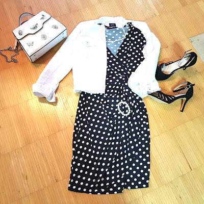 Polka Dots mit Sandaletten und Jeansjacke kombiniert