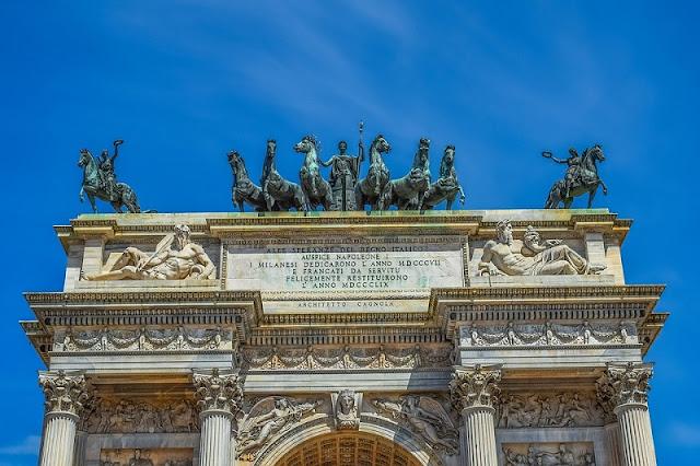 Estátuas no topo do Arco della Pace