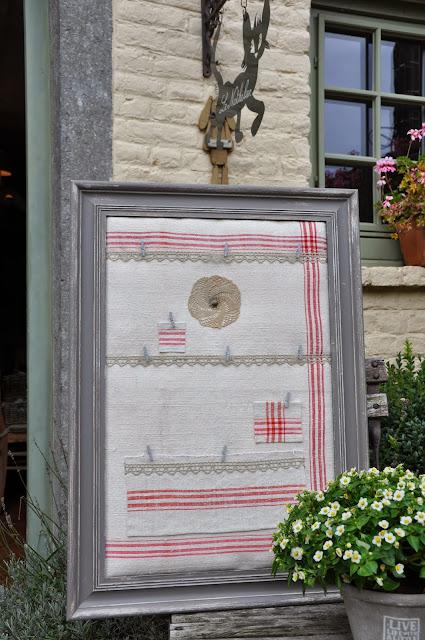 Cadre Porte Courrier Carte De Visite Gris Chaleureux Avec Interieur Vieux Tissu Beige Greige Et Lignes Rouge Vielles Dentelles Fleur Crochete