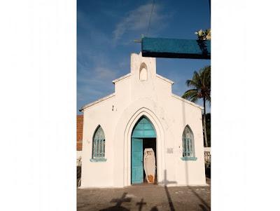 Em Sapé, caixão é usado como porta na capela de cemitério