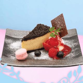 黒のベイクドチーズケーキ 彩りベリーを添えて