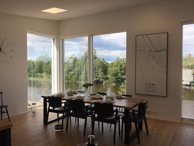 kokemäenjoki maisema, karttataulu, Villa Poiju, Porin asuntomessuilla, jokimaisema, lankkupöytä