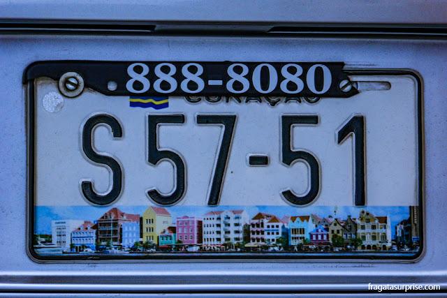 Placa de carro reproduz as casas coloridas do Handelskadem em Willemstad, Curaçao