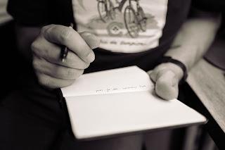 o persoană care ține un carnețel unde a notat ceva - foto de Calum MacAulay - unsplash.com