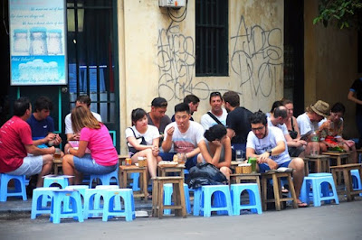 Street life in Hanoi in the eyes of foreign tourists 1