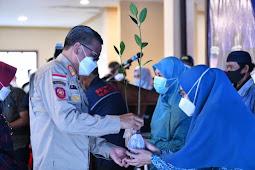 Nurdin Abdullah dan  Liesty Nurdin Bagikan 1.000 Bibit Mangrove di Galesong Takalar