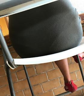 Guapa mujer vestido pegado marcando calzon buen trasero