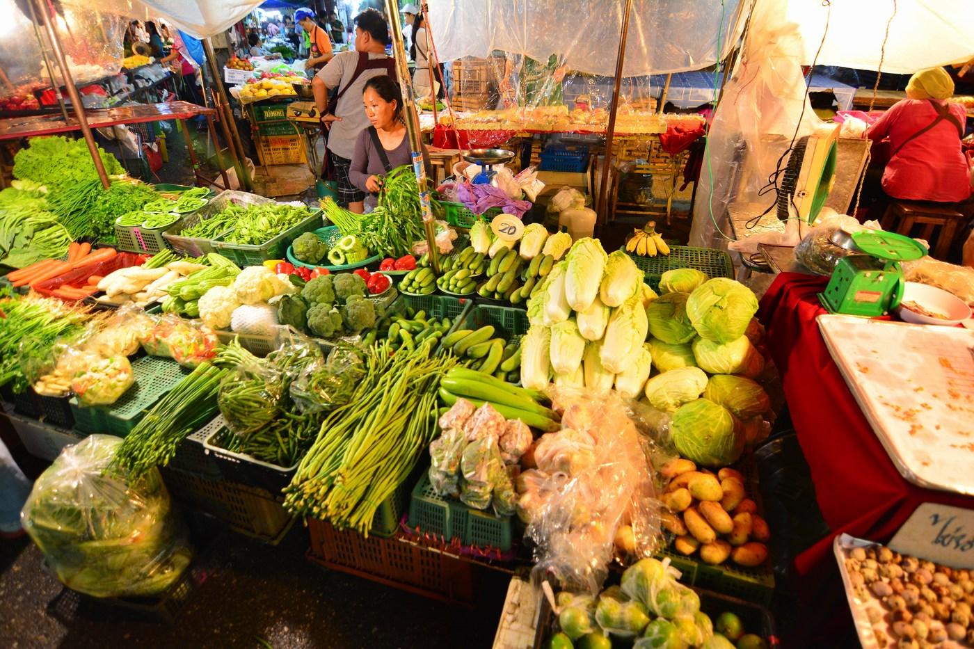 des fruits et légumes à foison Night Market Chiang Rai