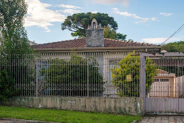 Uma casa com capelinha na Rua Monte Castelo