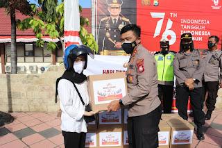 Kapolres Pelabuhan Makassar Bersama Polwan bagikan Sembako dihari Polisi Wanita ke 73